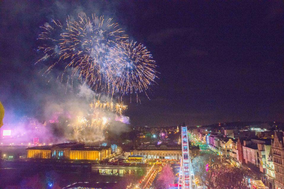 celebrating-hogmanay-in-edinburgh-the-worlds-bestw-years-eve-photo-ideas-edinburghs-midnight-moment-chris-watt-year-958x639